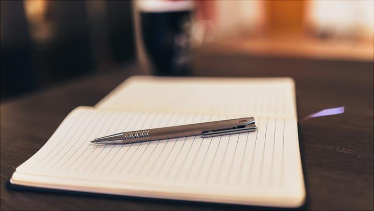 Stift mit Buch